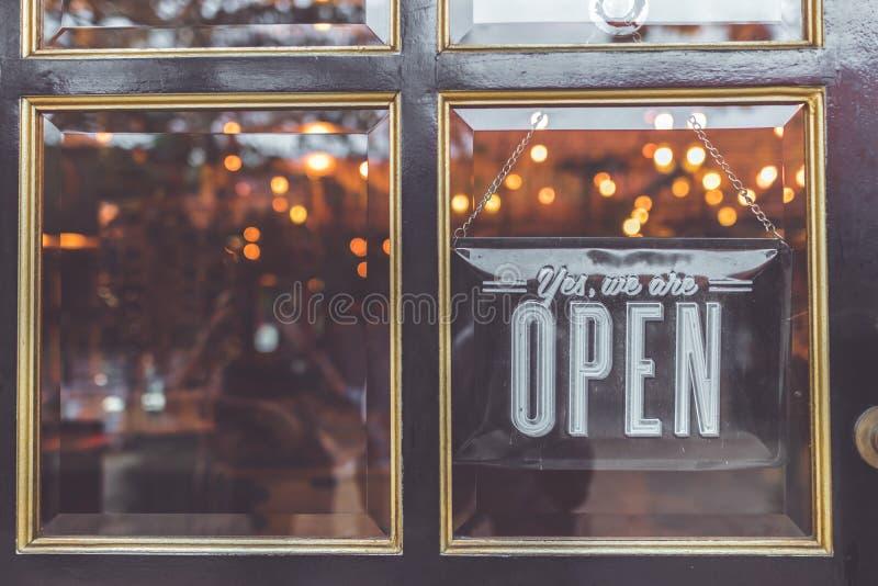 Apra il segno d'annata vasto attraverso il vetro della finestra di deposito l'asia fotografia stock libera da diritti
