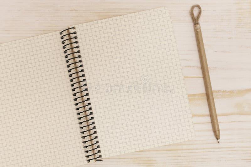 Apra il taccuino con la penna fotografie stock