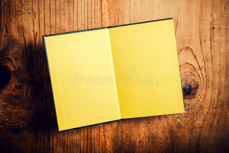 Apra il taccuino con le pagine in bianco fotografia stock