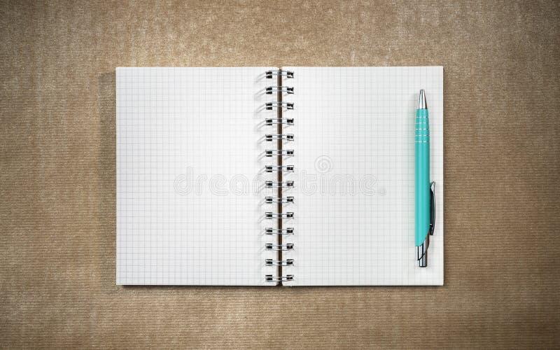 Apra il taccuino della pagina in bianco sullo scrittorio del cartone fotografia stock libera da diritti
