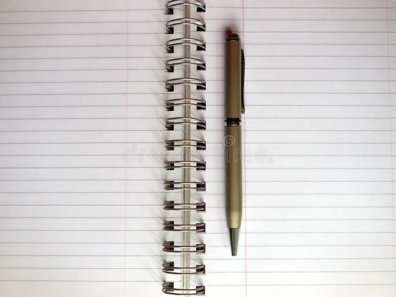 Apra il taccuino e la penna fotografia stock libera da diritti