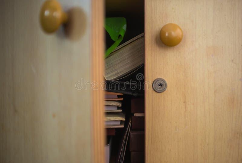 Apra l'armadio di legno fotografie stock
