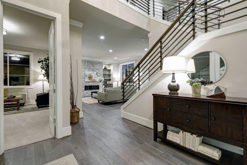 Scale con e cassetti nella casa moderna fotografia stock for Progetto casa moderna nuova costruzione