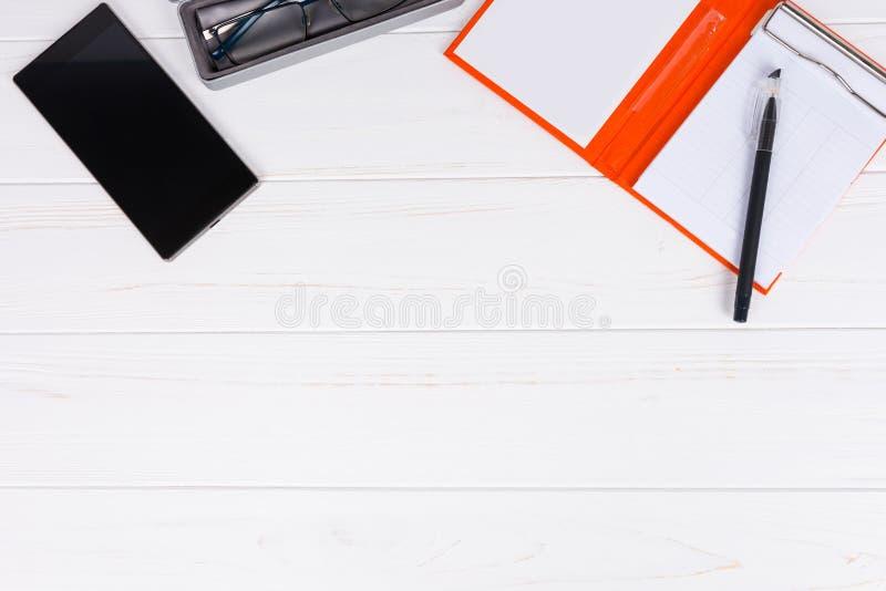 Apra l'organizzatore personale con una penna per prendere gli appuntamenti, glas fotografia stock libera da diritti