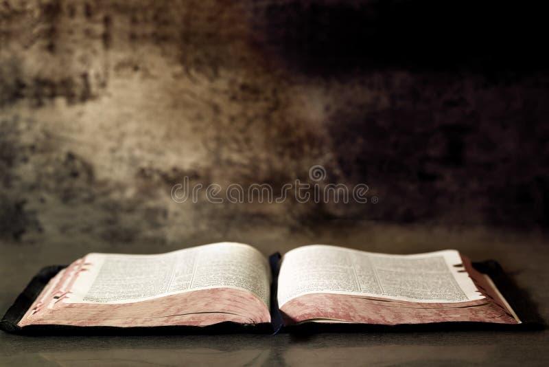 Apra la bibbia immagini stock