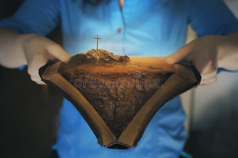 Apra la bibbia con la traversa fotografie stock libere da diritti