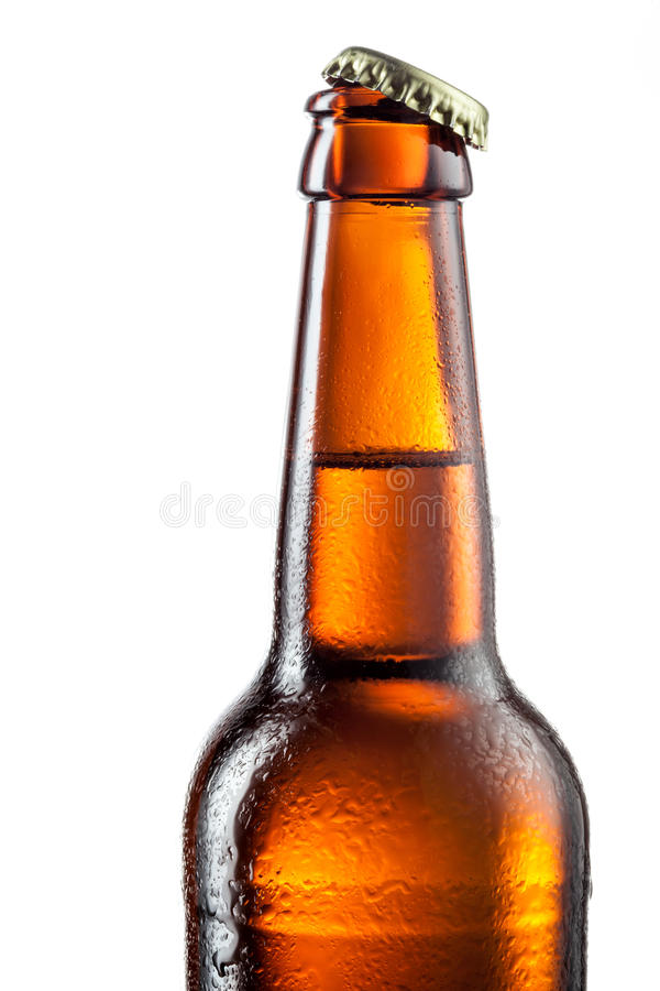 Apra la bottiglia della birra con le gocce isolata su bianco immagine stock