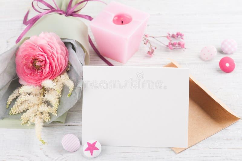 Apra la cartolina d'auguri vuota con il mazzo immagine stock