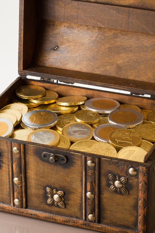 Apra la casella in pieno con soldi fotografia stock libera da diritti