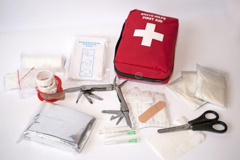Apra la cassetta di pronto soccorso fotografie stock libere da diritti
