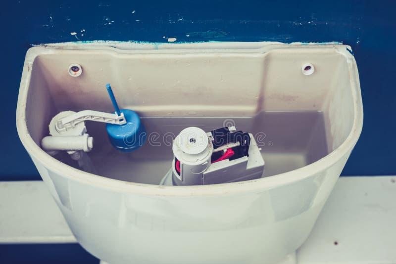 Apra la cisterna della toilette immagini stock