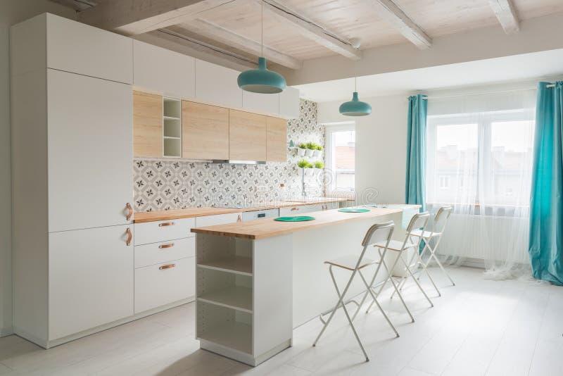 Apra la cucina luminosa con mobilia bianca Cucina dell'isola fotografie stock