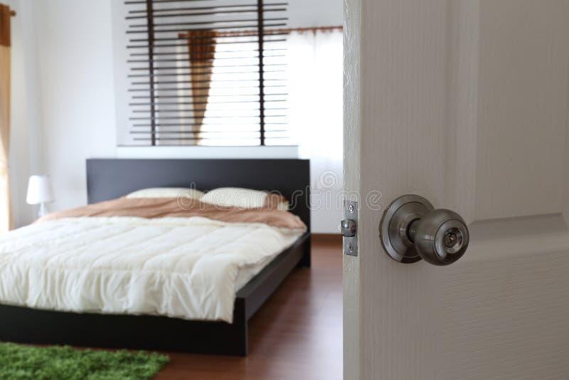 Apra la porta con si rilassano in camera da letto fotografia stock