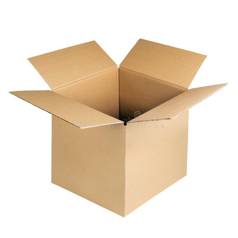Apra la scatola di cartone isolata su priorità bassa bianca Contenitore ondulato di cartone di Brown Kraft fotografia stock