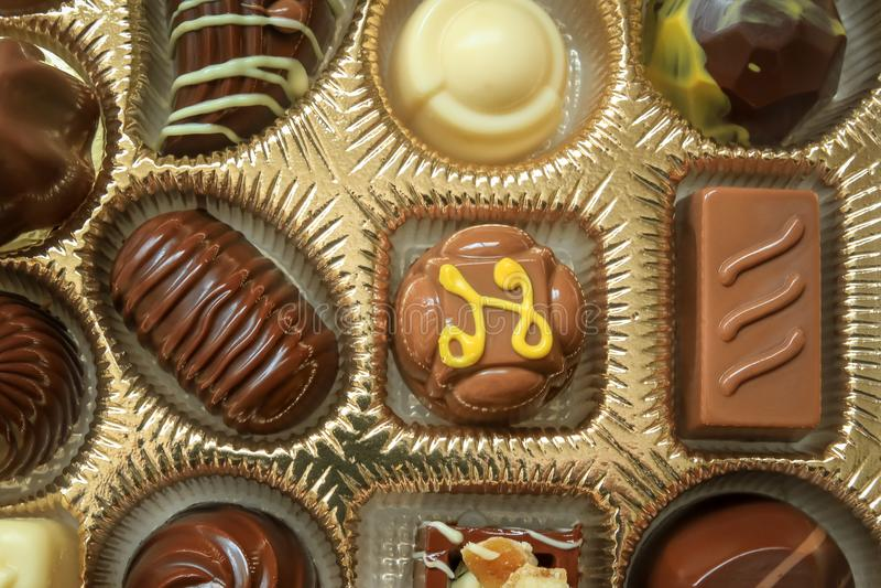 Apra la scatola di cioccolato assortito fotografia stock libera da diritti