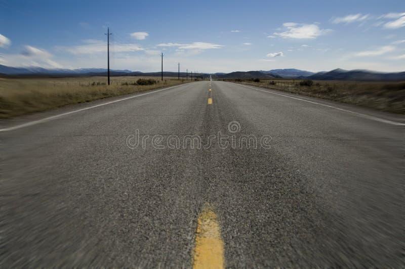 Apra la strada con la sfuocatura di movimento fotografie stock