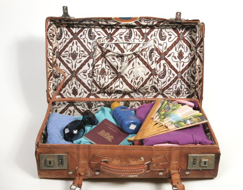 Apra la valigia con gli elementi di vacanza fotografie stock