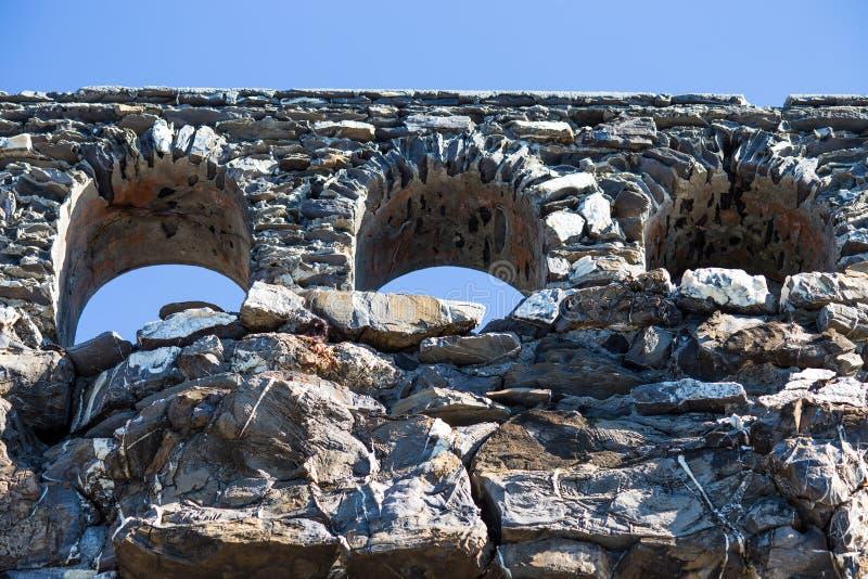 Apra le finestre di pietra nei precedenti del cielo blu immagini stock