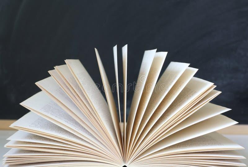 Apra le pagine del libro immagini stock