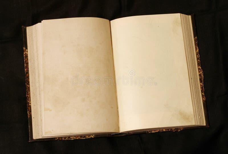 Apra le pagine vuote in vecchio libro fotografie stock libere da diritti