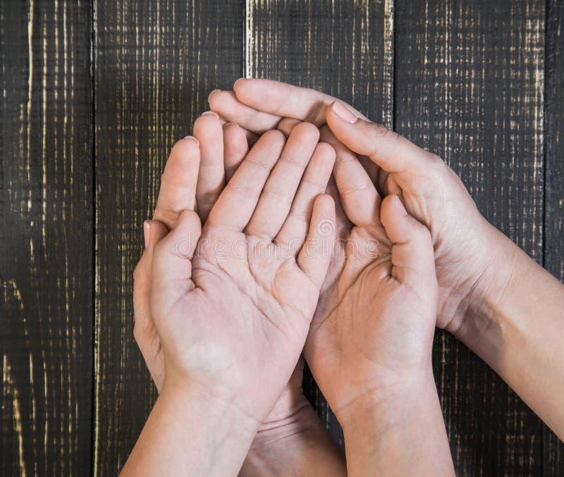 Apra le palme delle mani del ` s del bambino e della femmina fotografia stock
