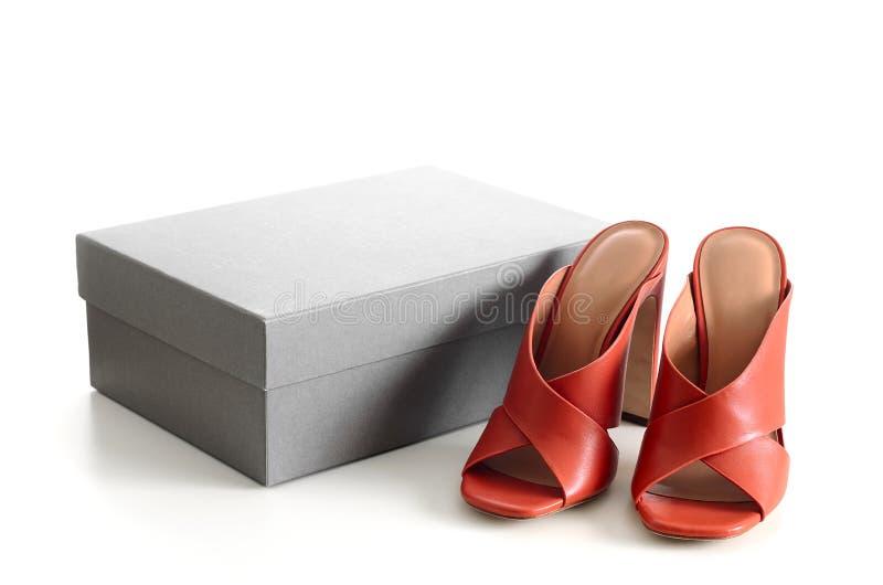 Apra le scarpe di cuoio trasversali del mulo dei criss del dito del piede con lo shoeb del cartone fotografia stock libera da diritti