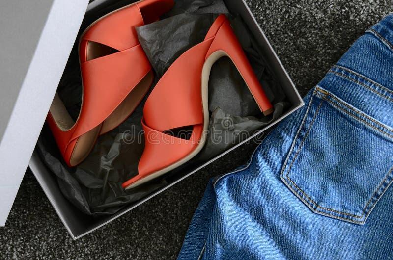 Apra le scarpe di cuoio trasversali del mulo dei criss del dito del piede Il modo tallona le scarpe dentro fotografie stock libere da diritti