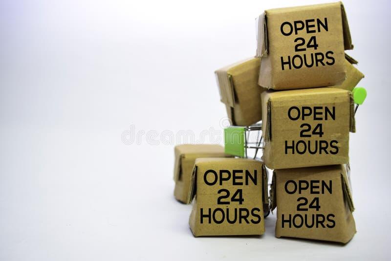 Apra 24 ore mandano un sms a in piccole scatole e carrello Concetti circa acquisto online Isolato su priorit? bassa bianca fotografia stock