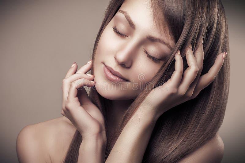Apreciação alegre bonita do retrato da mulher da beleza e pele limpa imagens de stock royalty free