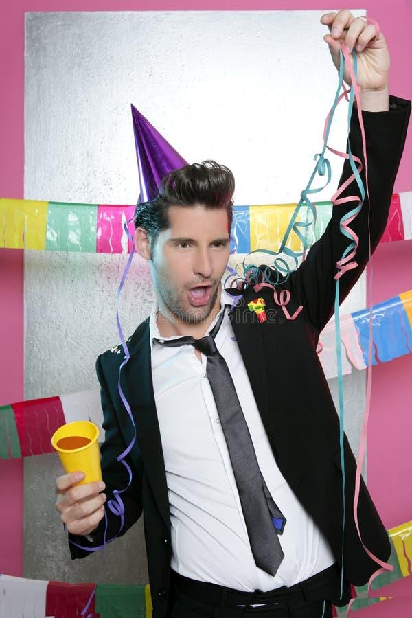 Apreciação bebendo feliz do homem novo do partido sozinho imagens de stock