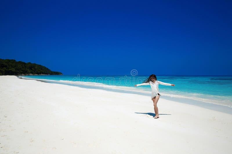 apreciação Braços abertos da mulher feliz despreocupada na praia tropical, exo fotografia de stock royalty free