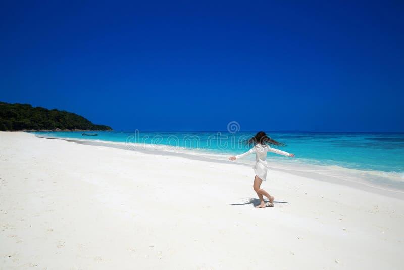 apreciação Braços abertos da mulher feliz despreocupada na praia tropical, exo foto de stock