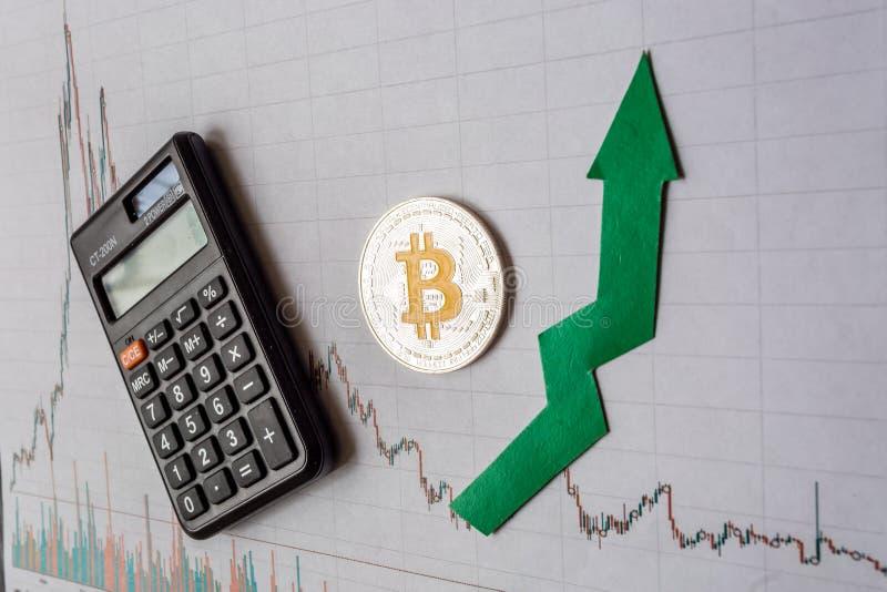 Apreciação do bitcoin virtual do dinheiro A seta verde e Bitcoin de prata na avaliação de papel do índice da carta dos estrangeir foto de stock