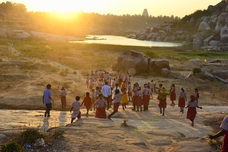 A apreciação indiana das crianças do sol brilhante irradia-se em um por do sol imagem de stock royalty free