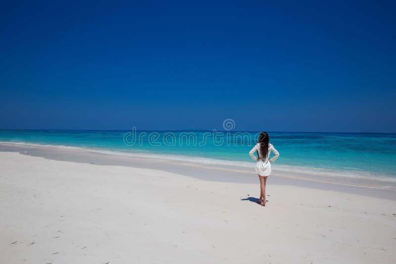 apreciação Mulher bonita que anda na praia exptic com sa branco imagens de stock