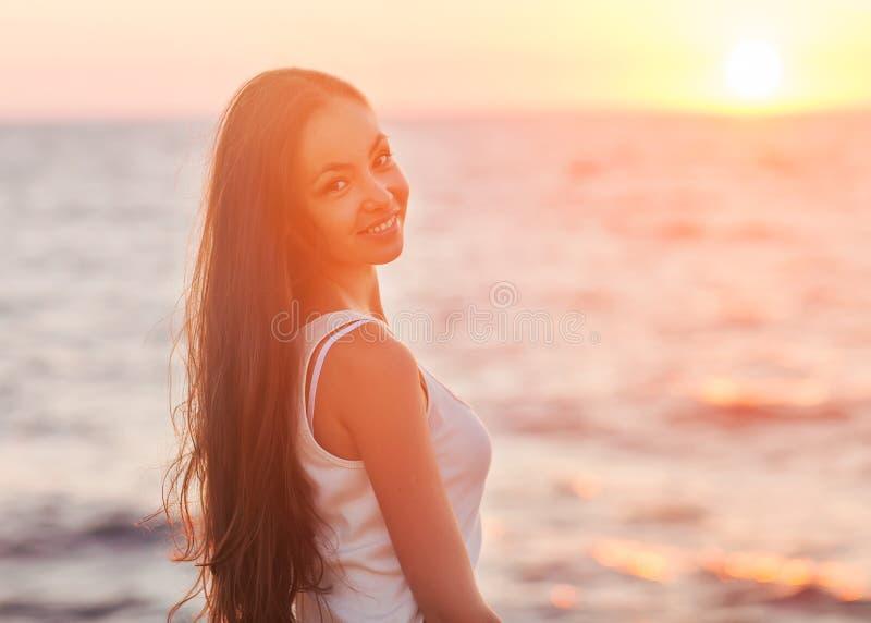 Apreciação - mulher feliz livre que aprecia o por do sol. fotos de stock