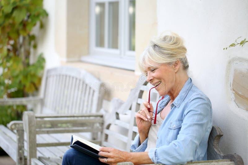 Apreciação superior do livro de leitura da mulher imagem de stock royalty free