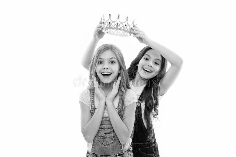 Aprecia??o pessoal A crian?a veste a princesa dourada do s?mbolo da coroa Cada menina que sonha a princesa tornada Princesa peque imagens de stock royalty free