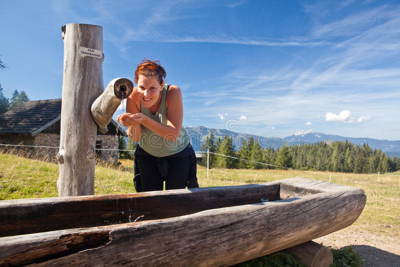 Apreciando a água fresca da montanha fotos de stock royalty free
