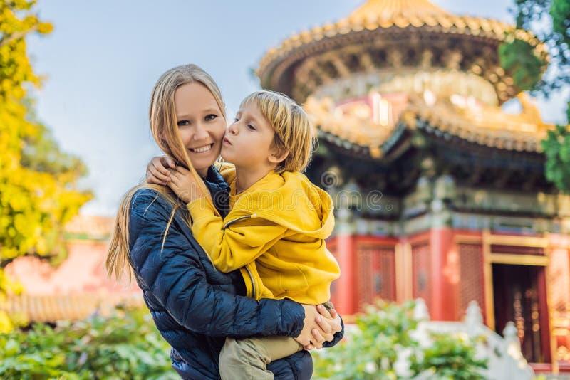 Apreciando férias em China Mamã e filho na Cidade Proibida Curso a China com conceito das crianças Trânsito livre do visto 72 hor imagens de stock