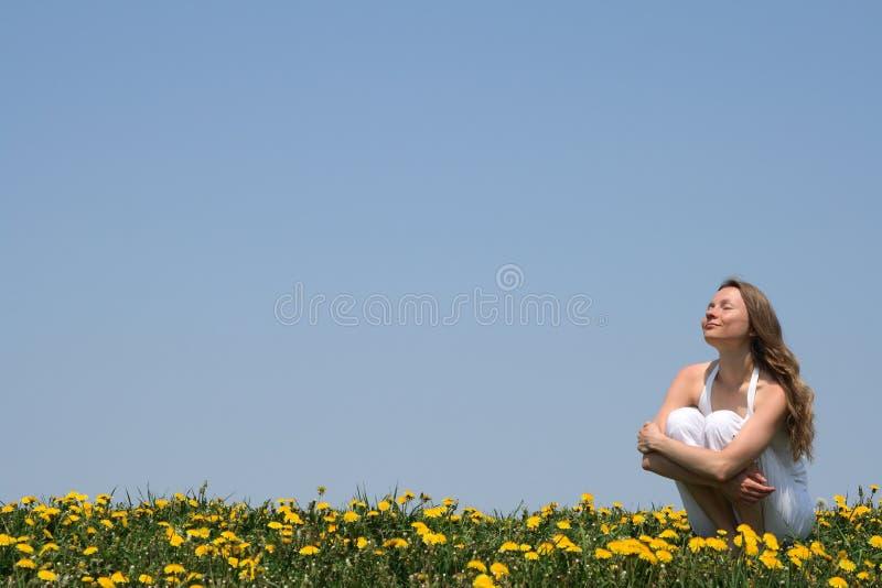Apreciando a luz do sol foto de stock
