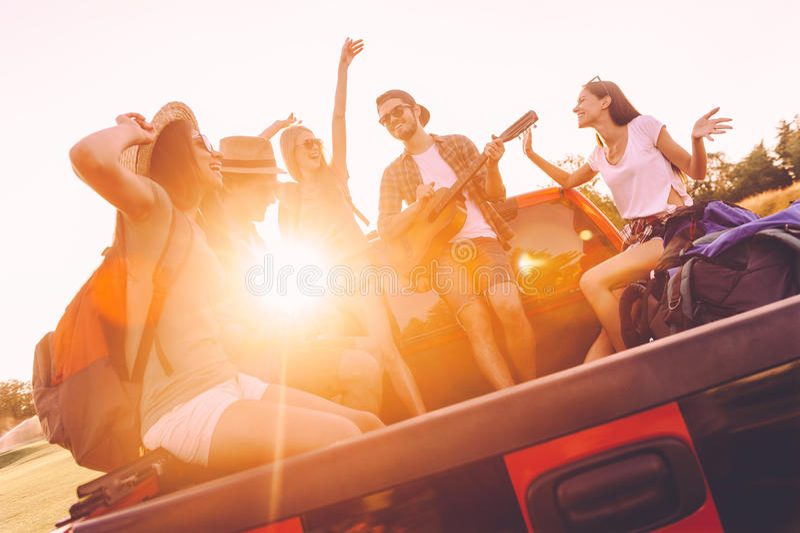 Apreciando a melhor viagem por estrada com amigos fotos de stock