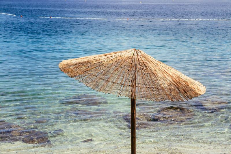 Apreciando o feriado: Para-sol e ?gua clara, praia, Cro?cia fotos de stock royalty free