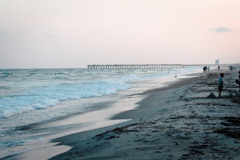 Apreciando o fim do dia na praia da ilha do oceano fotos de stock