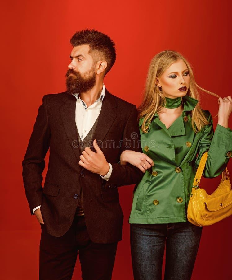 Apreciando relações amigáveis Relações do amor Tendências da forma do outono Pares no amor no estilo elegante Pares da forma imagens de stock royalty free