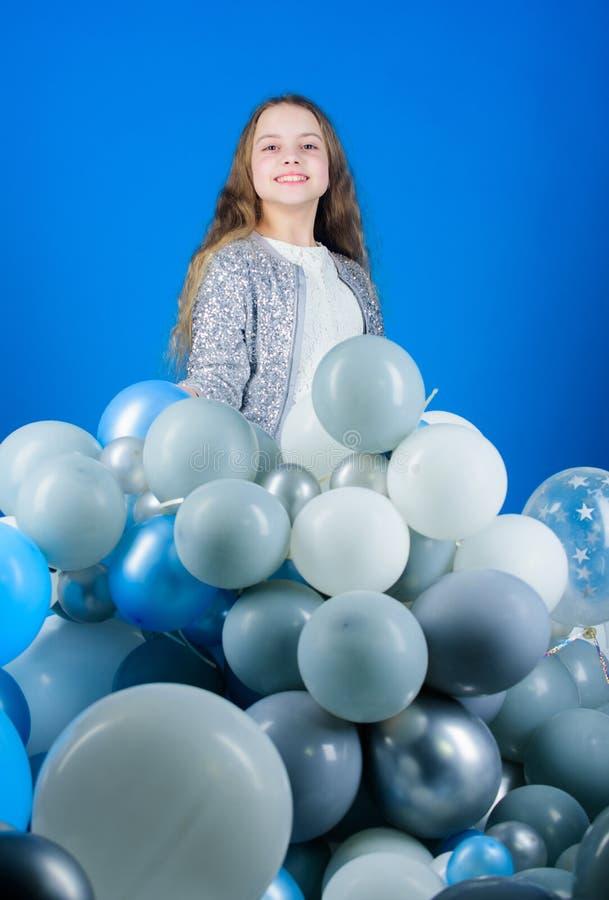 Apreciando seu dia especial Menina feliz que tem a celebração do feriado Criança pequena que comemora o feriado do aniversário ar fotos de stock royalty free