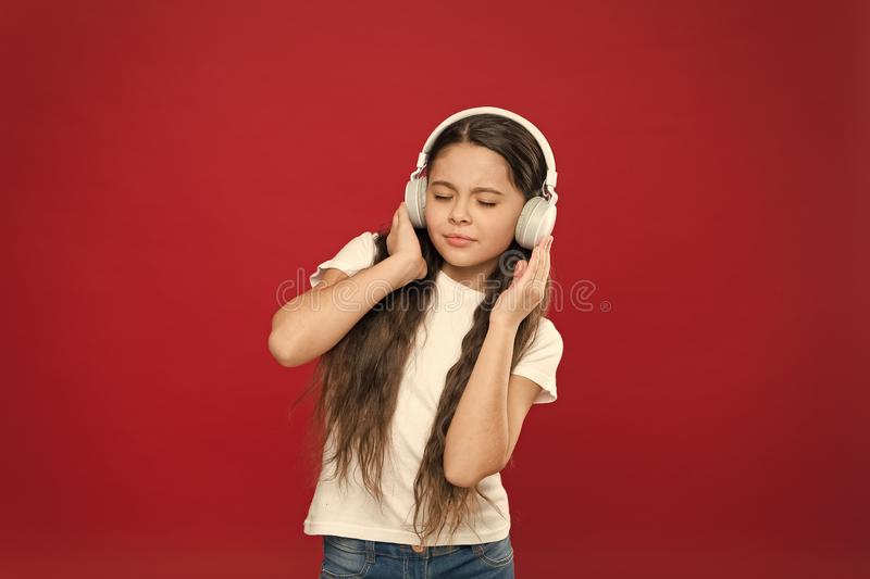 Apreciando sua m?sica favorita Menina pequena que veste fones de ouvido estereof?nicos Menina que escuta a m?sica Fan de m?sica b foto de stock royalty free