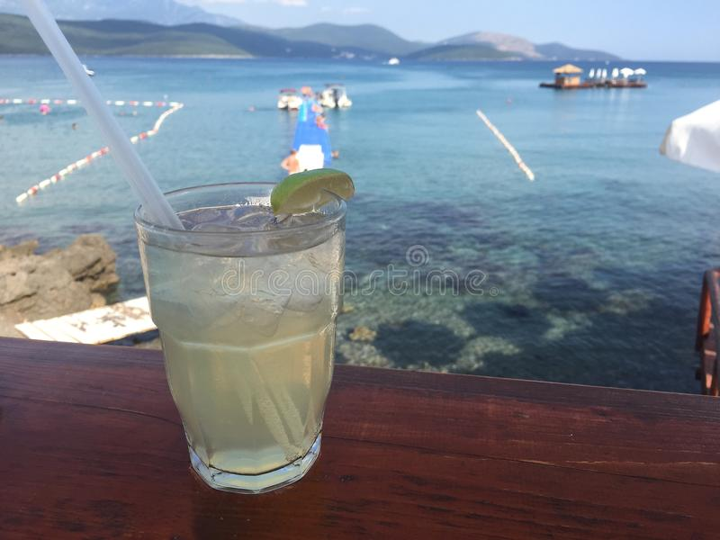 Apreciando um cocktail em uma barra da praia fotos de stock