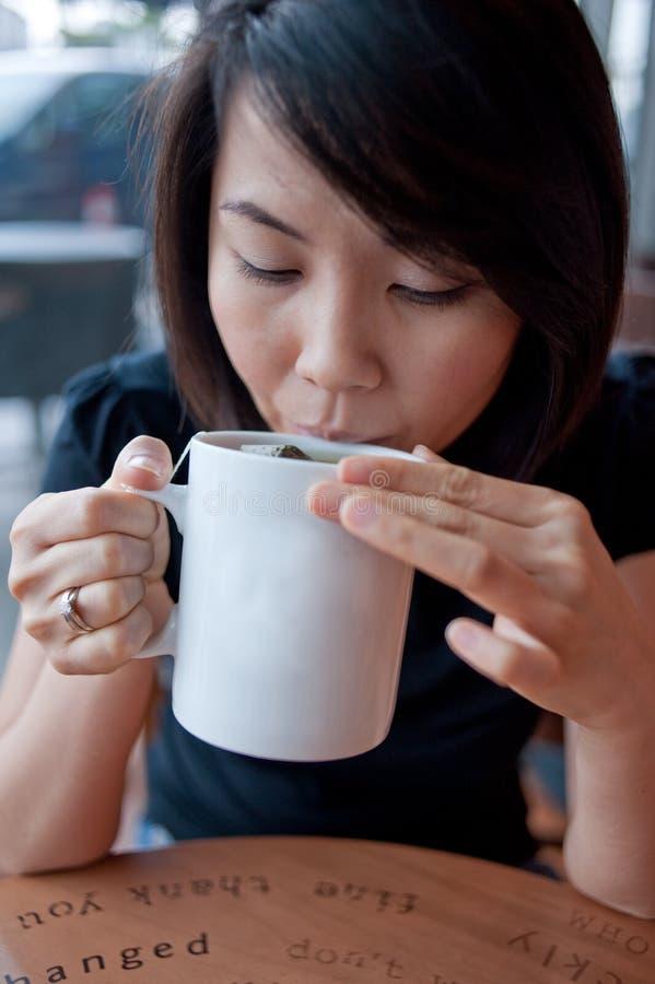 Apreciando um copo do chá 2 imagens de stock royalty free