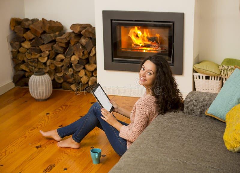 Apreciando um dia de inverno em casa imagem de stock royalty free